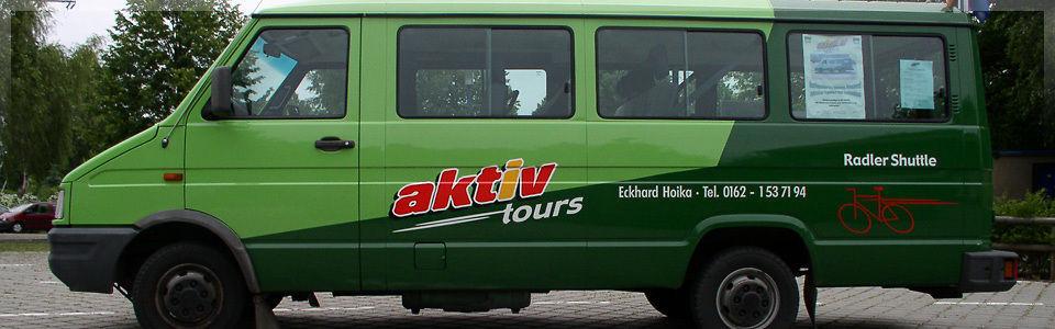Grüner Kleinbus von aktiv-tours